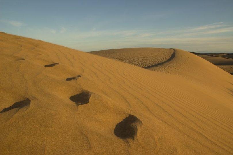 Fußspuren in den Dünen