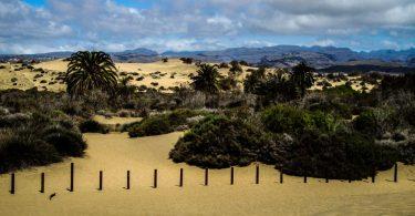 Sand und ferne Berge